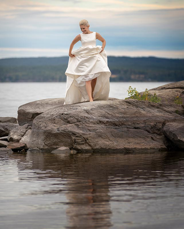 barfota brud på klippor vid sjö