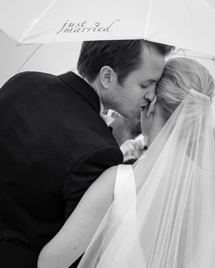 brudgum viskar i örat på bruden