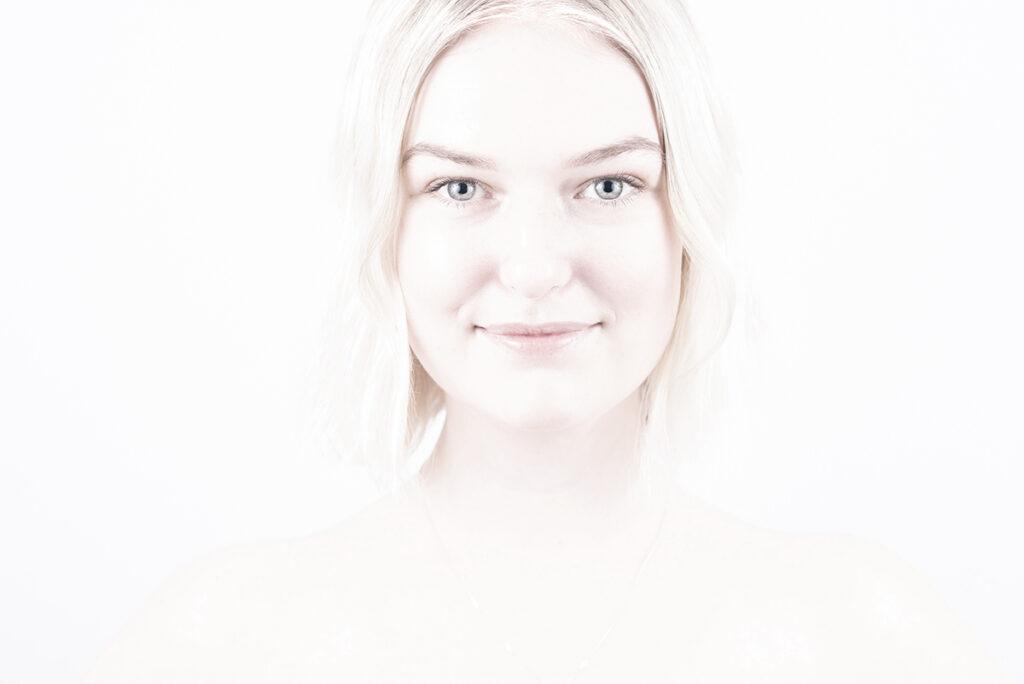 ljust porträtt av ung kvinna
