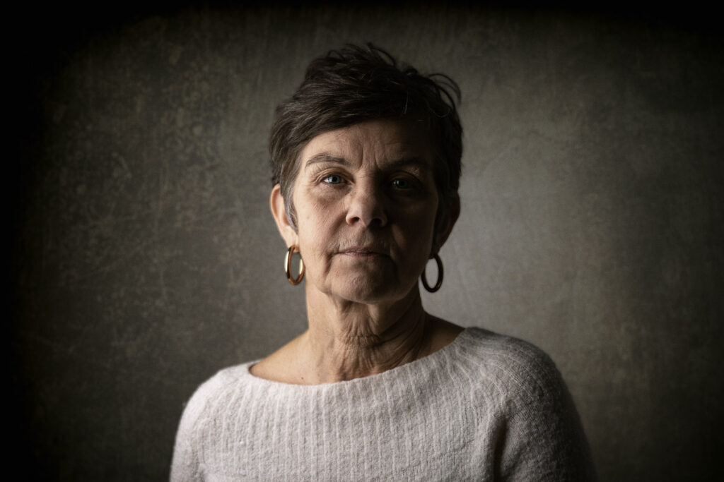 studio porträtt av äldre kvinna