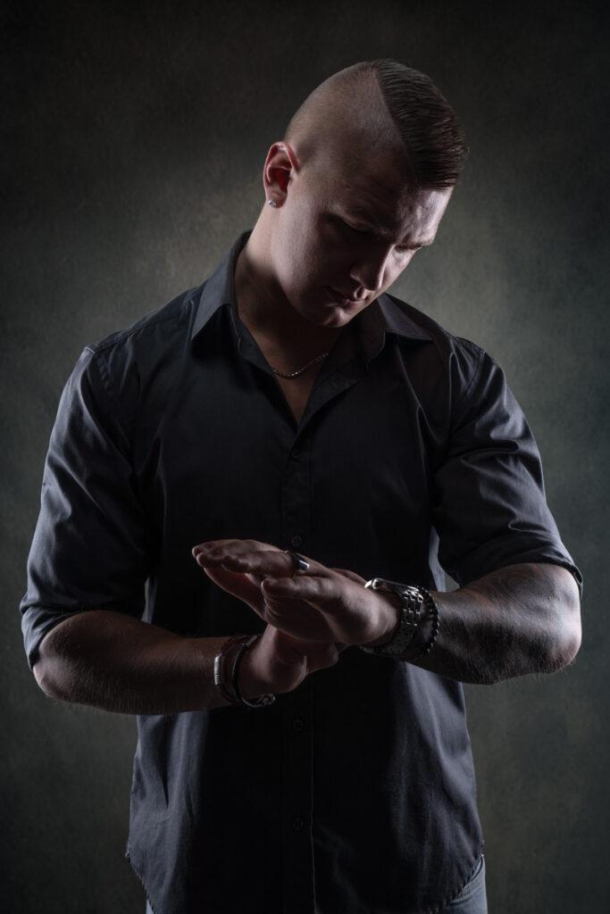 porträtt av man i grå skjorta i studion
