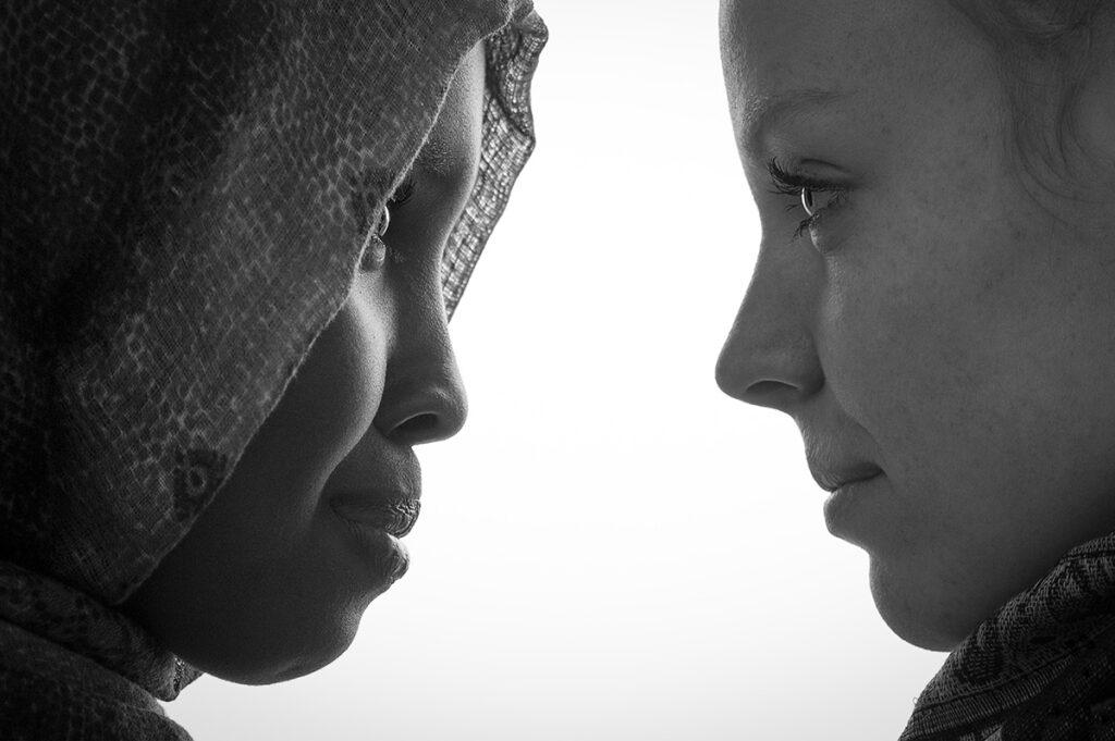 profilbild av två unga kvinnor
