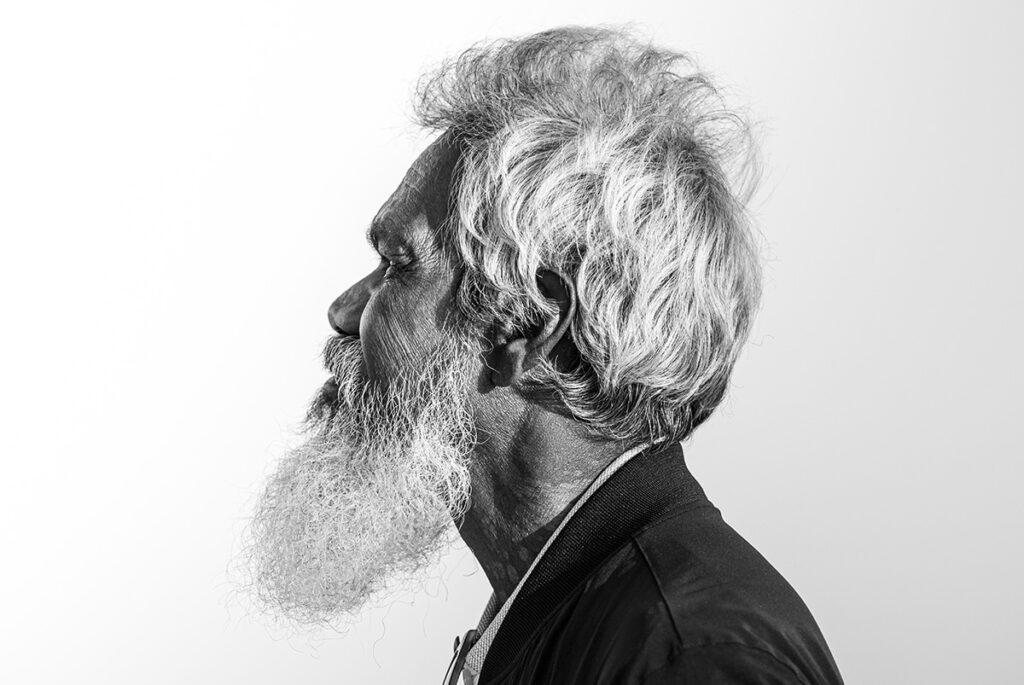 svart vit profilbild av man med skägg