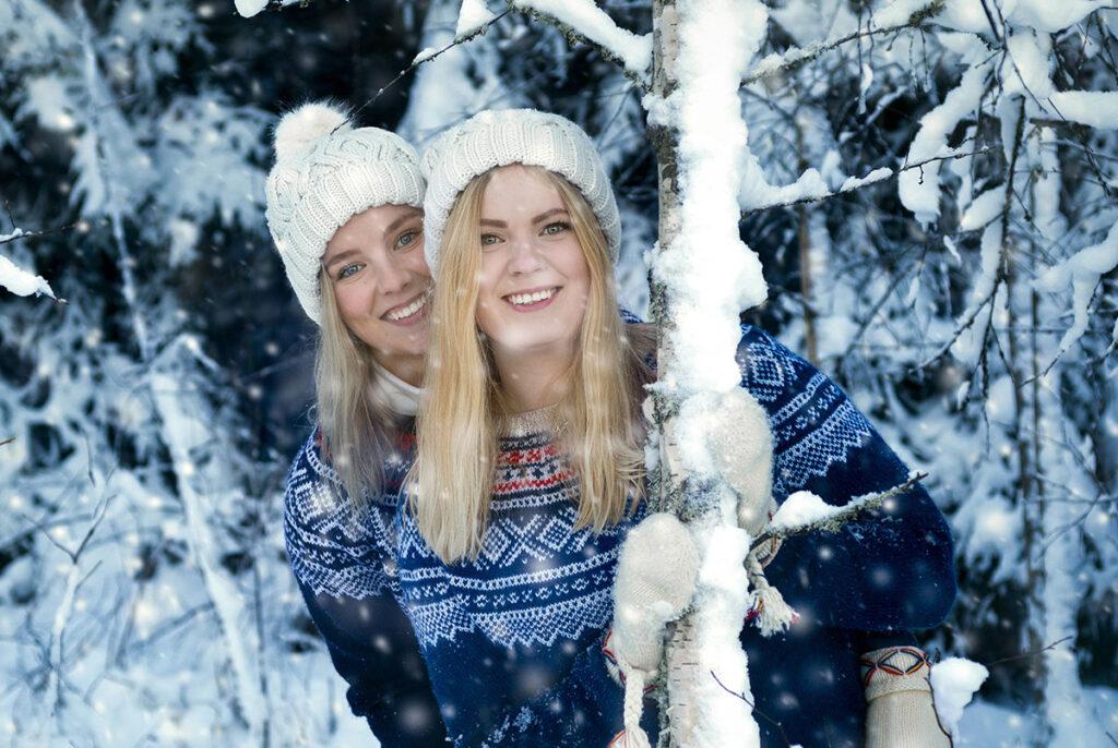 porträtt av två kvinnor i vinterklädd natur