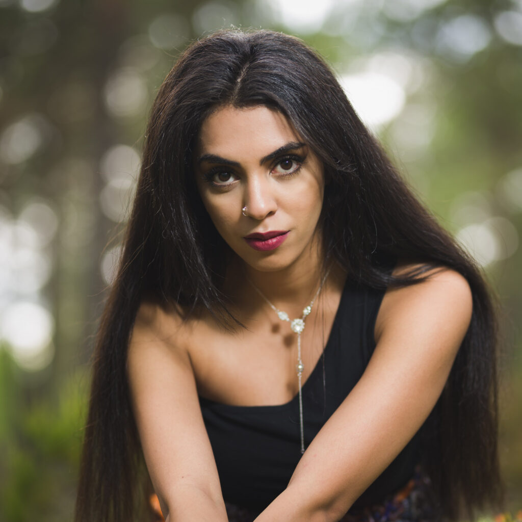 Porträtt av ung kvinna i skogen i Hammarö