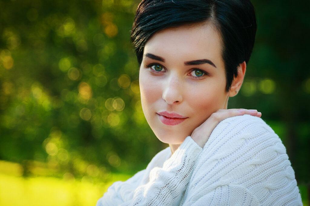 porträtt av ung vacker kvinna i naturen