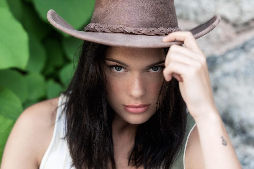 Porträtt av ung kvinna i cowboyhatt i Borgvik