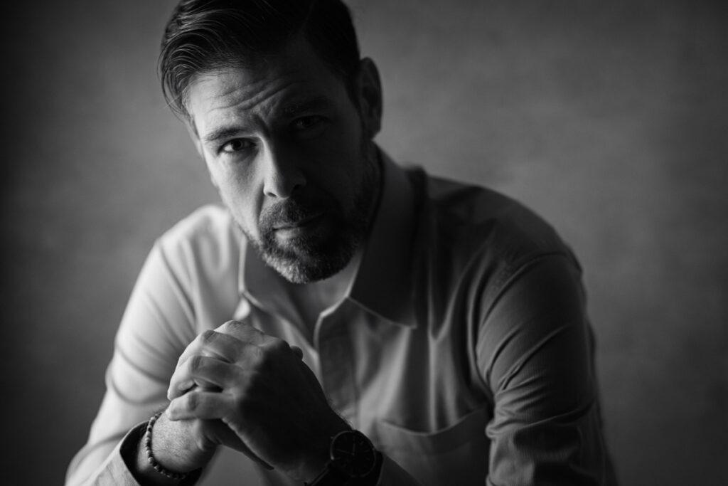 svart vitt studio porträtt av man