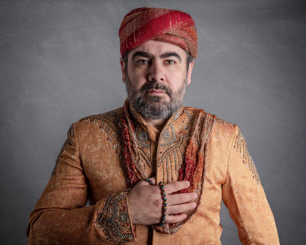 studio porträtt av man i arabisk folkdräkt