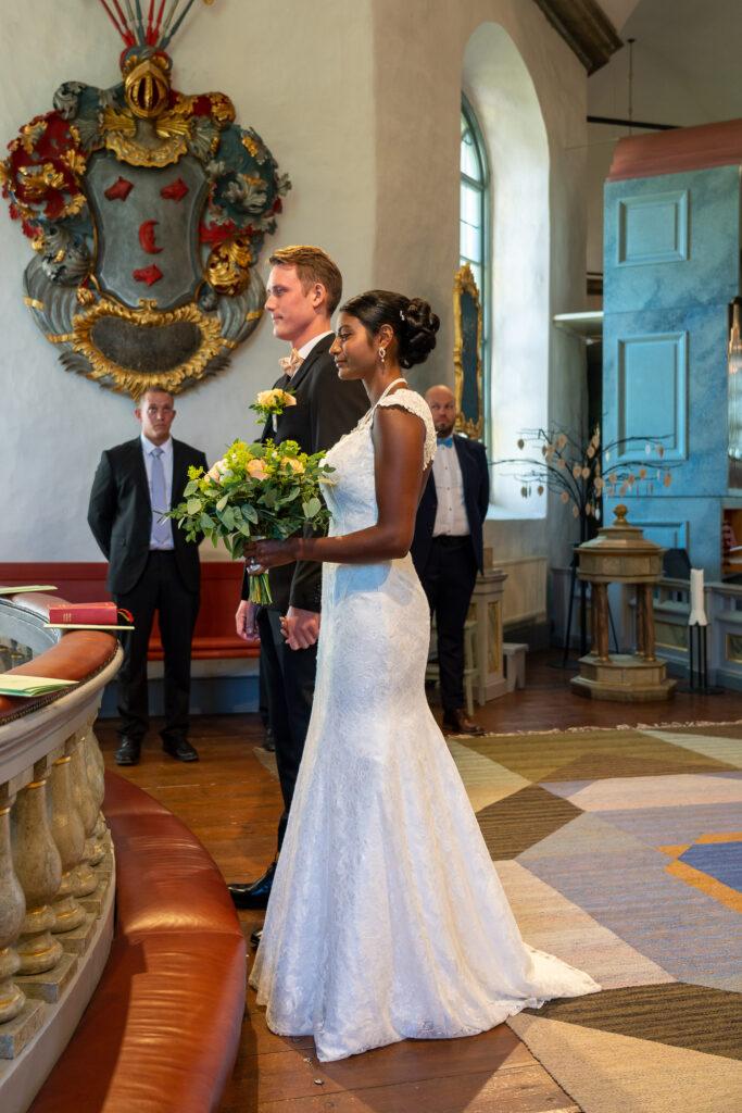 Brud och brudgum framför altare Grava kyrka Karlstad