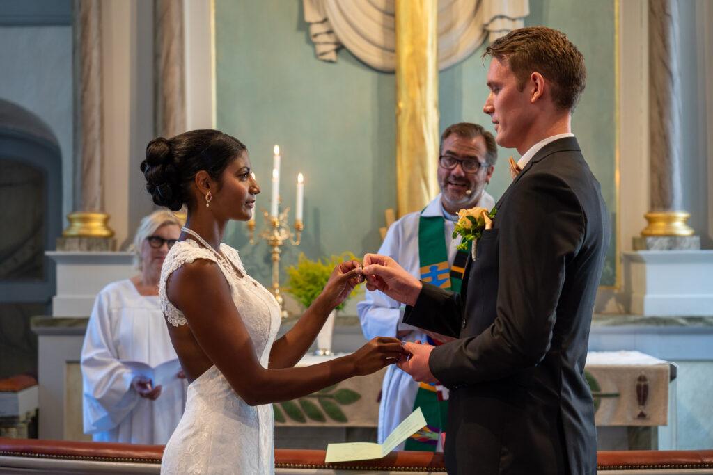 Bröllopspar byter ringar