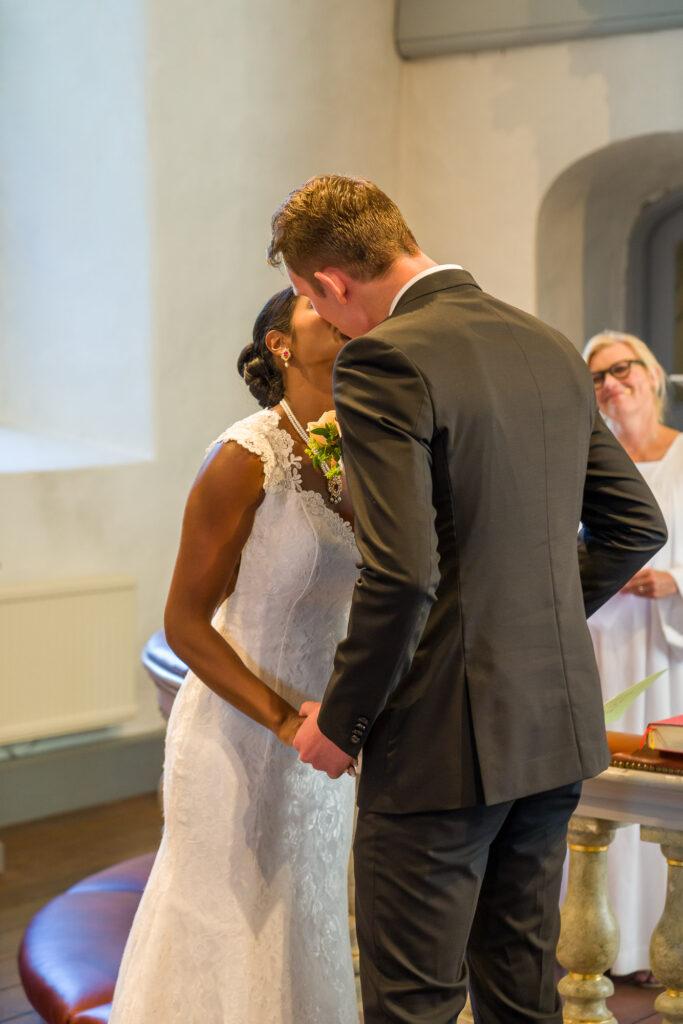 Brud och brudgum kysser varandra efter att giftermålet är klart
