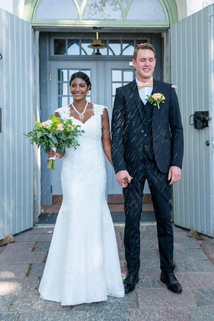 Nygift brudpar gratuleras utanför Grava kyrka Karlstad