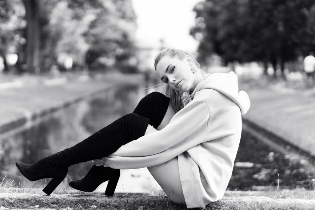 Ung kvinna sitter på marken