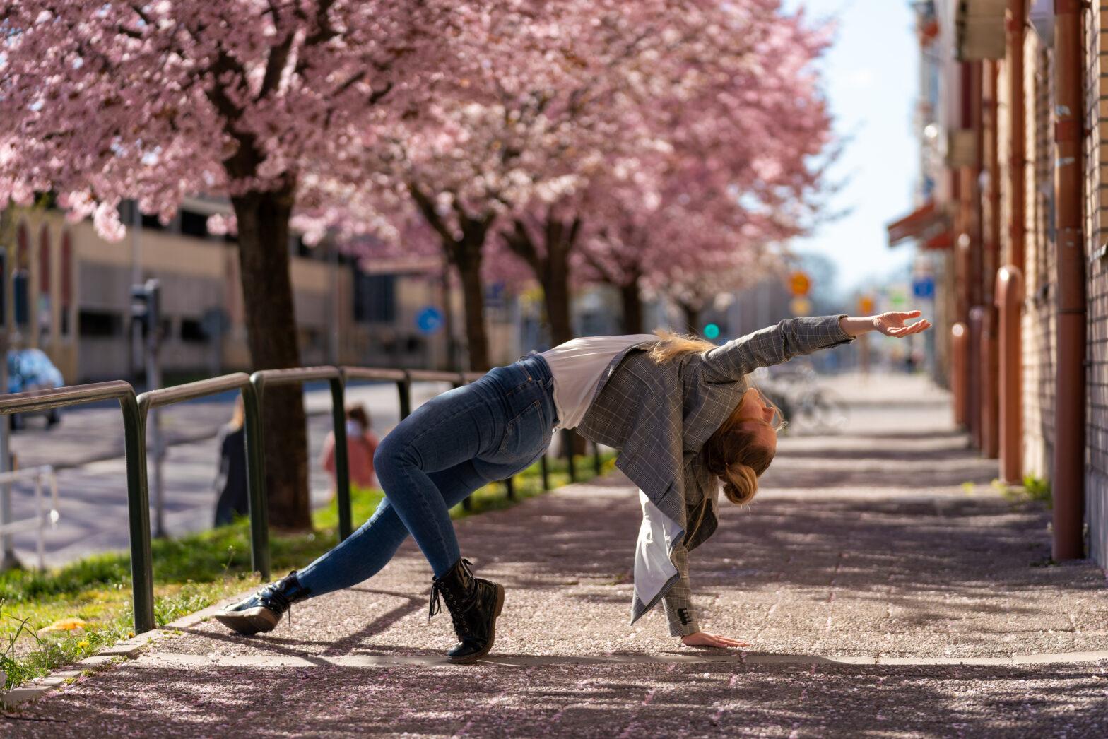 Kvinna dansar på gatan i Karlstad