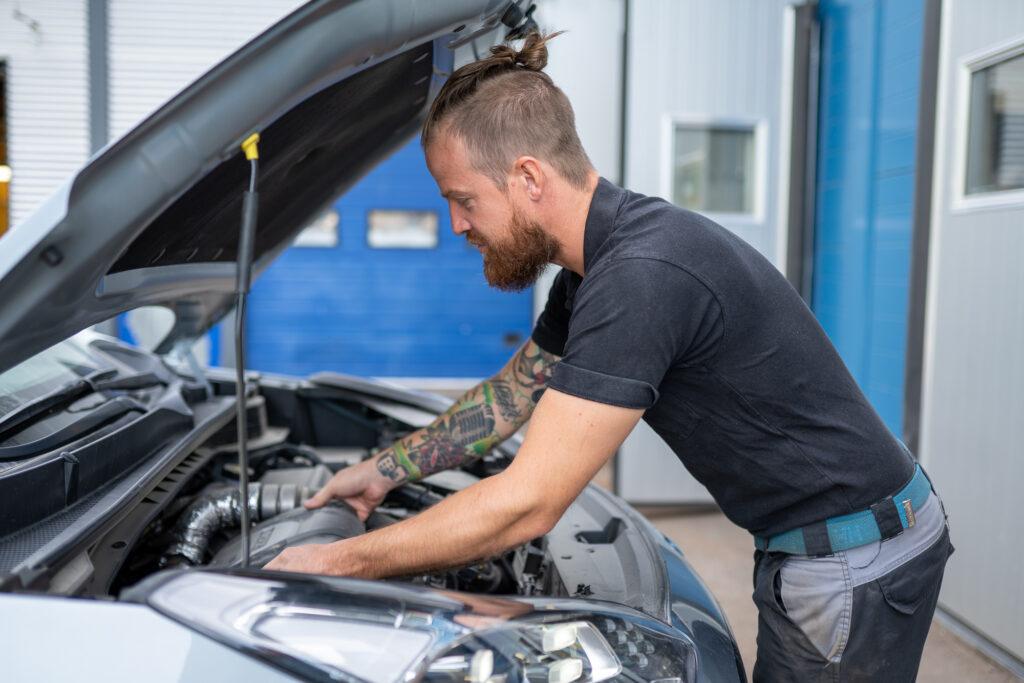 Bild av bilmekaniker som arbetar på bil