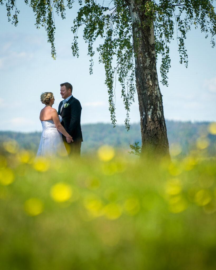 Bröllopspar-pa-sommarang-Kil