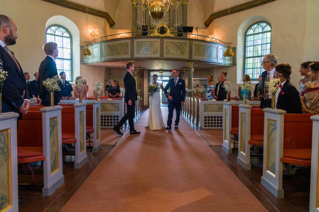 brudens far lämnar över brud till brudgum i Grava Kyrka Karlstad