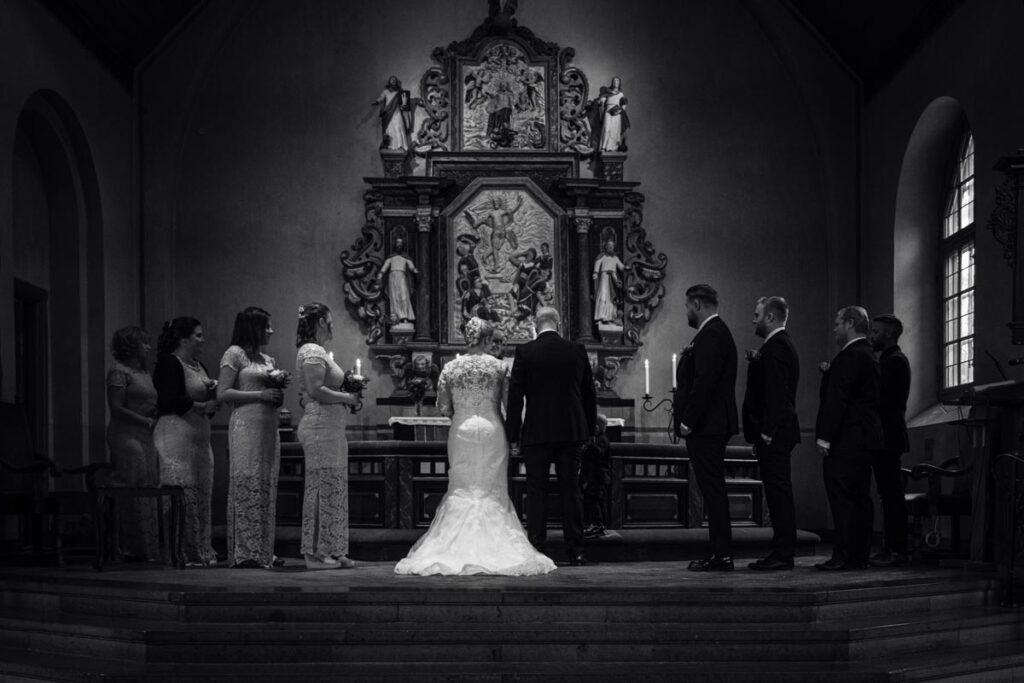Bröllopspar-framför altare-i-Forshaga-kyrka