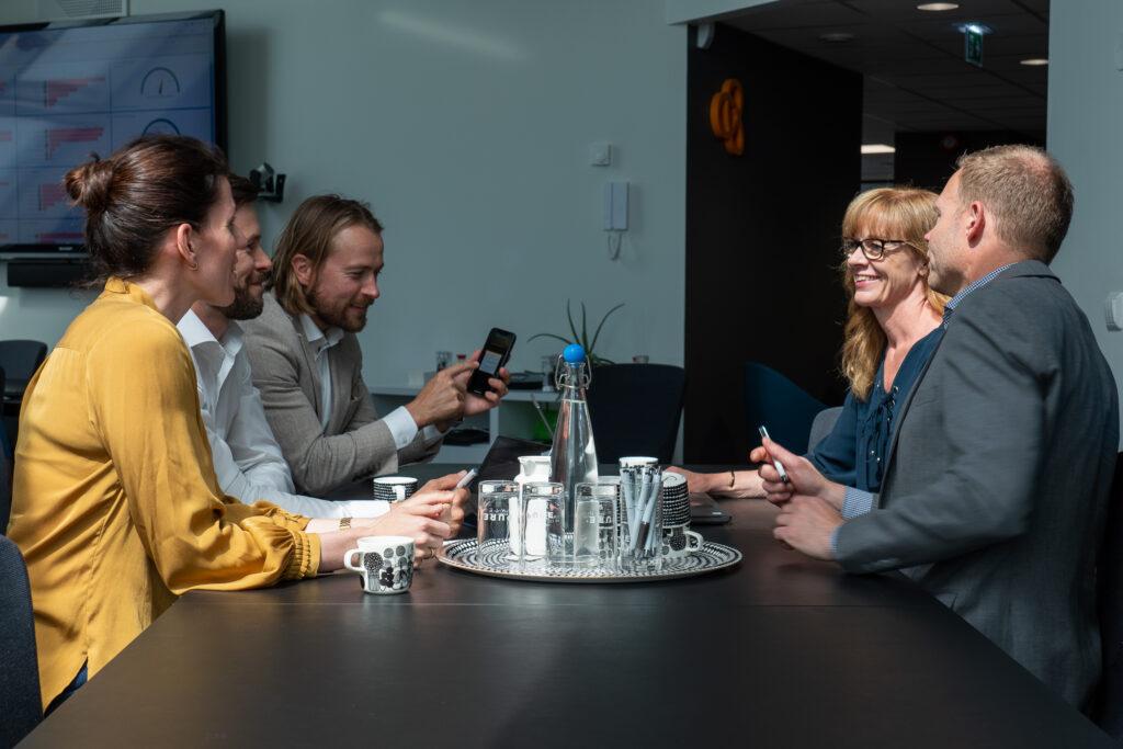 grupp av människor har möte på företag i Karlstad