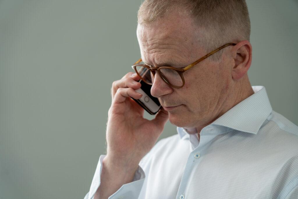 man pratar i telefon på företag i Karlstad