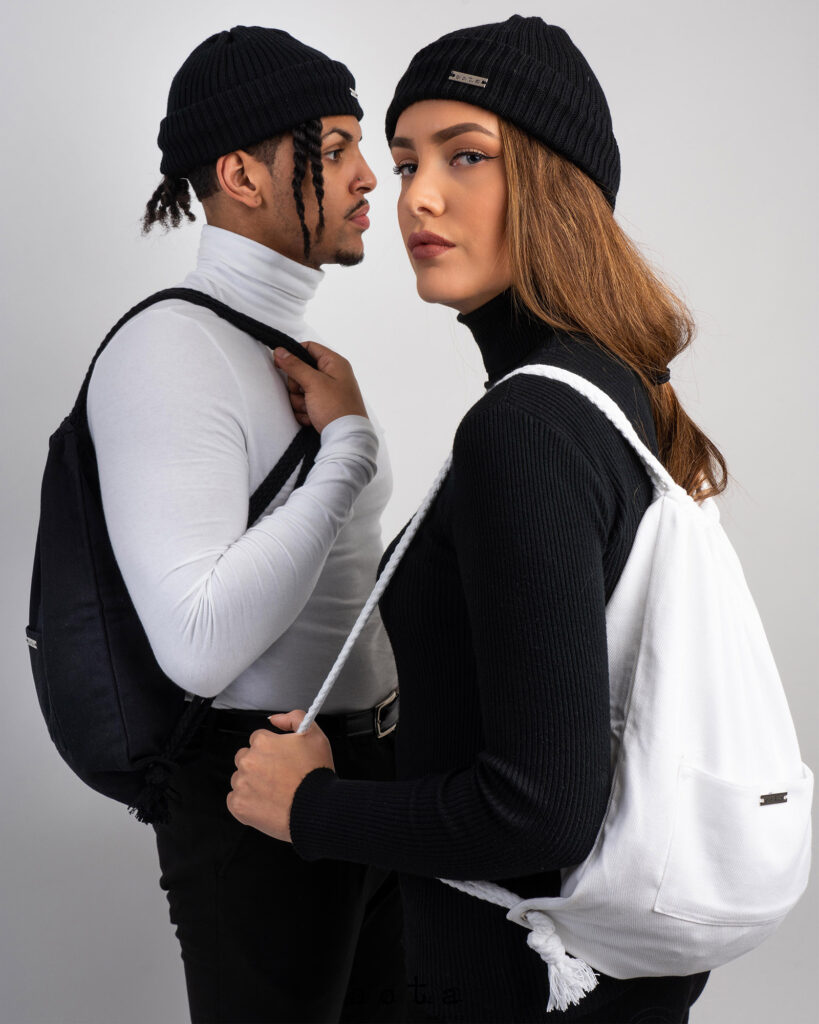man och kvinna med ryggsäck