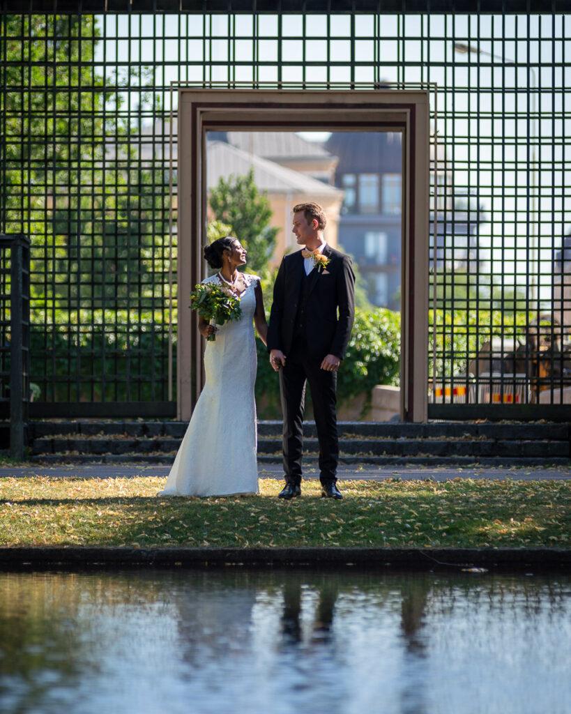 brud och brudgum vid damm i museiparken Karlstad