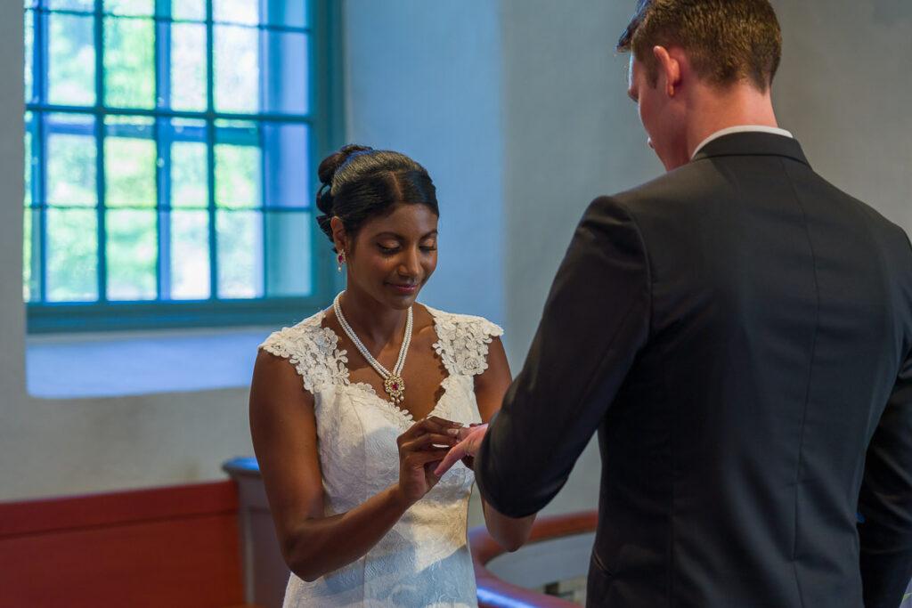 bruden ger brudgummen vigselringen i Grava kyrka Karlstad